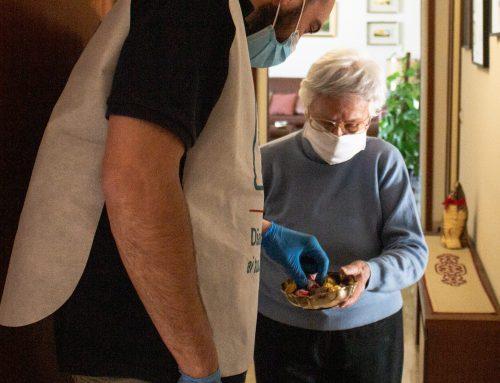 Spesa, chiacchiere e sorrisi per gli anziani a Milano