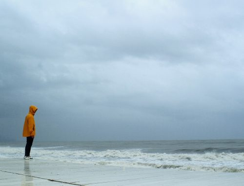 L'angelo emerso dal mare in tempesta